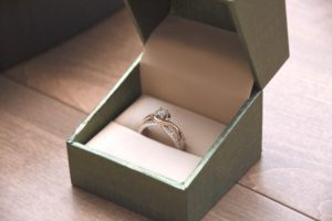 Pros and Cons Of Customised And Ready-Made Engagement Rings