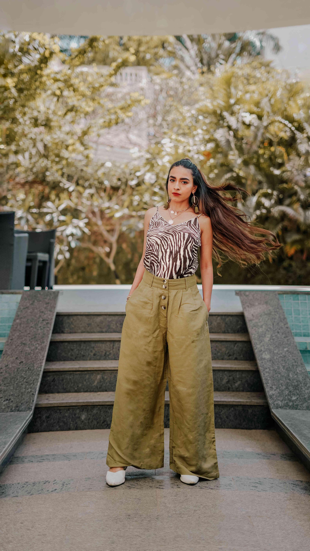 Summer Streetstyle - woman wearing zebra print cami & olive linen pants