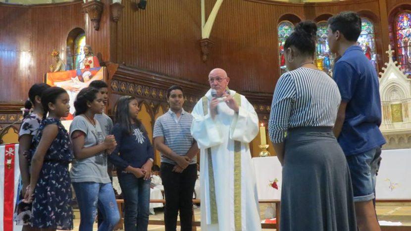 Le p. René en compagnie des jeunes de la paroisse
