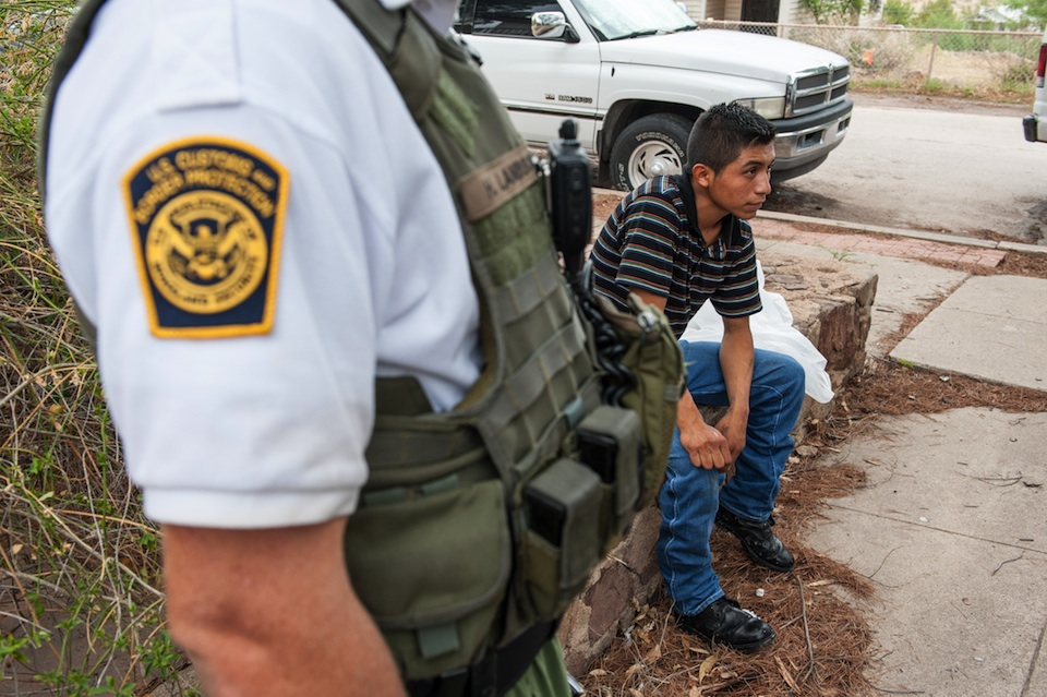 Presunto migrante detenido en Arizona- Xinhua/Will Seberger/ZUMAPRESS (archivo