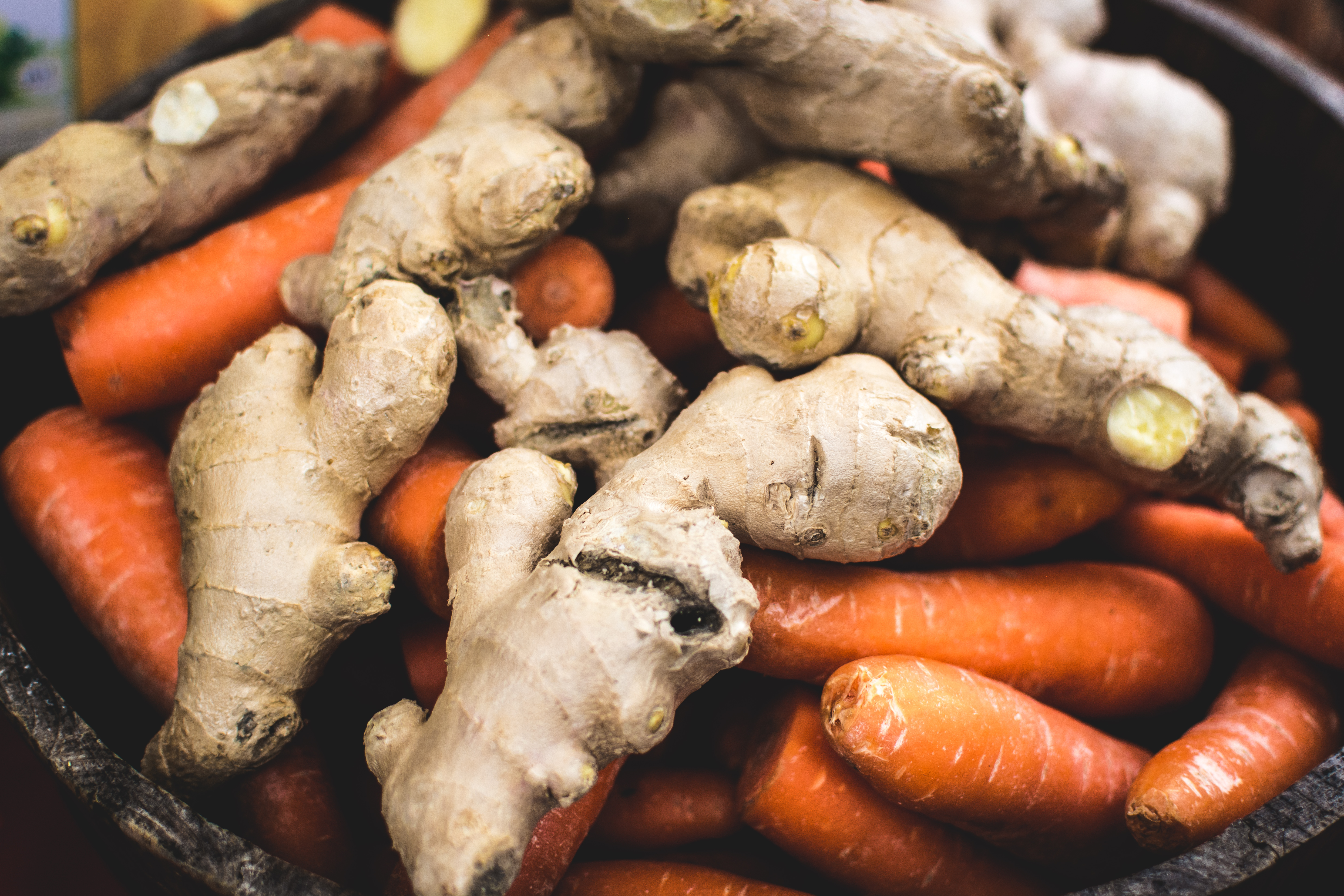 foodiesfeed.com_ginger-with-carrots
