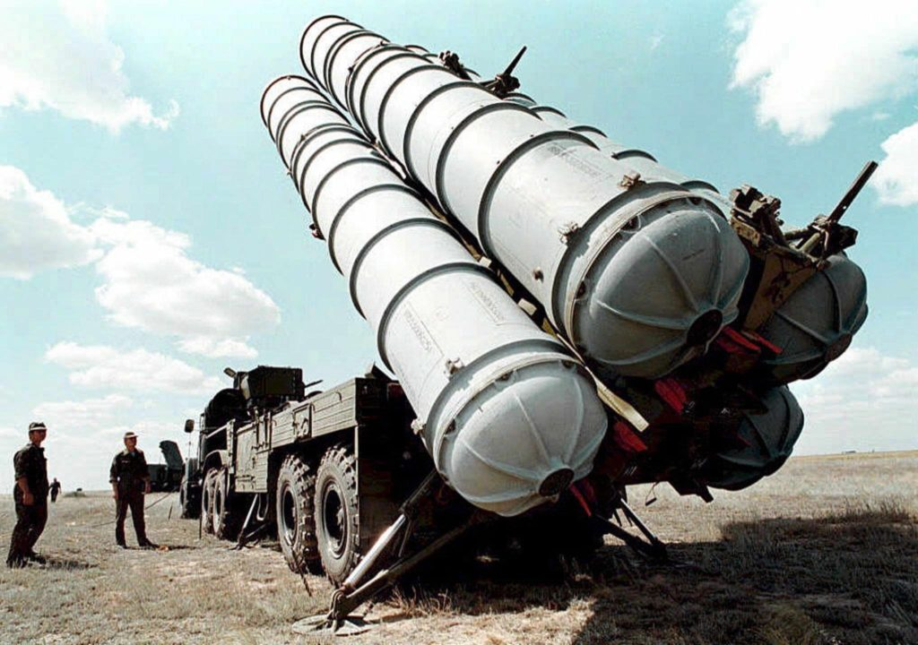 epa04703661 (FILE) A file picture dated in 1996 of Russian S-300 air defence missiles at a military training camp in Russia. Russia on 13 April 2015 lifted a ban on delivering sophisticated surface-to-air defence missiles to Iran, citing recent progress in the nuclear arms talks with Teheran. A 2010 UN resolution does not specifically prohibit Russia from supplying missiles, but calls for states to exercise restraint in arms sales. EPA/VLADMIR MASHATIN *** Local Caption *** 99418399