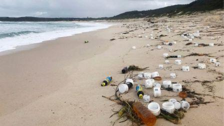 Accident at Sea : 'Mountains of Rubbish' on beaches