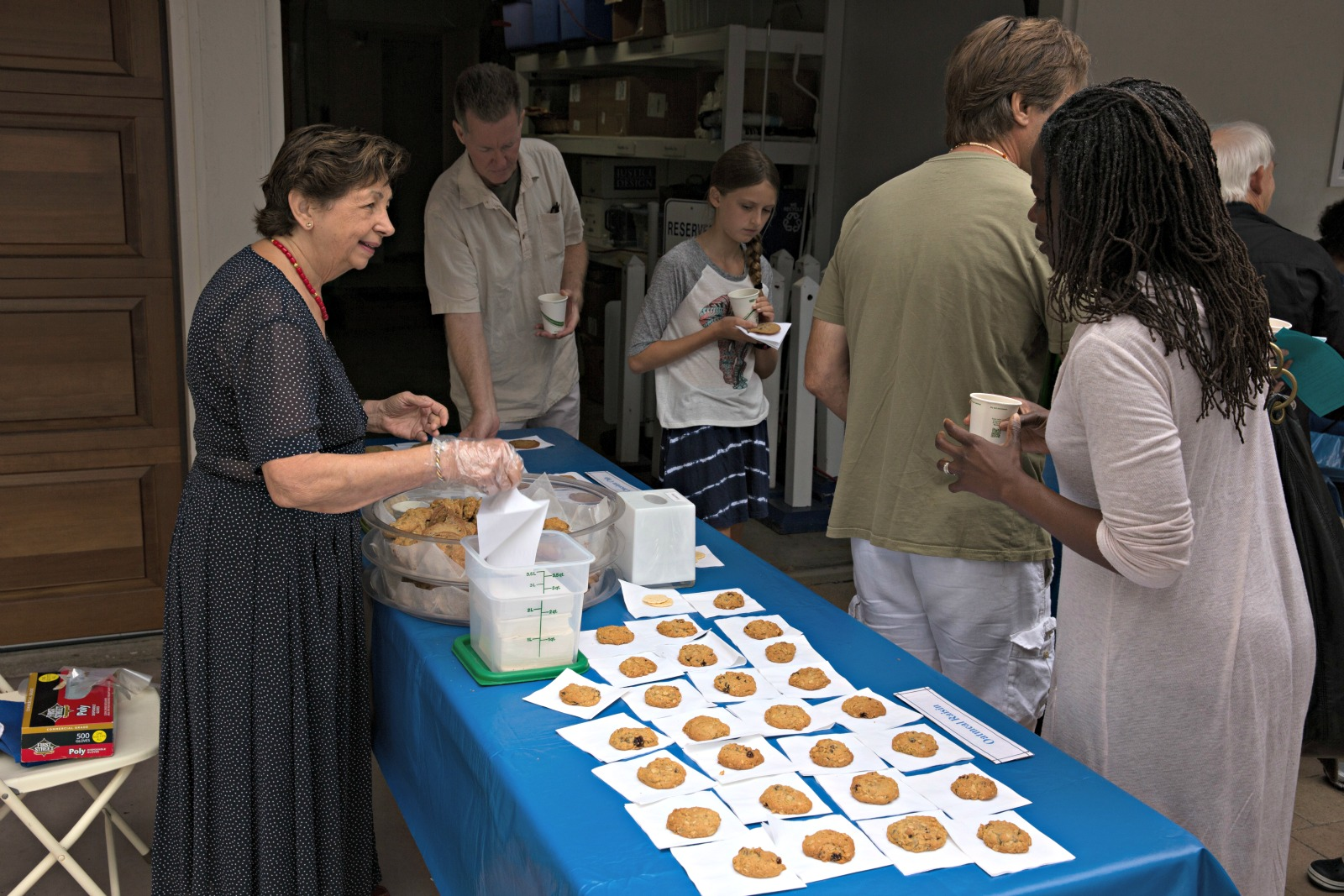 volunteer-cookies-patio