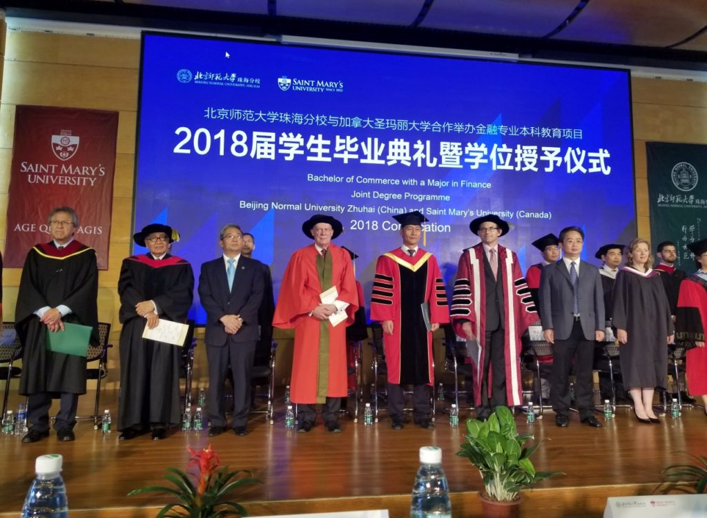 The academic staff of both universities as well as invited guests proceeded to the stage and were greeted with applause.
