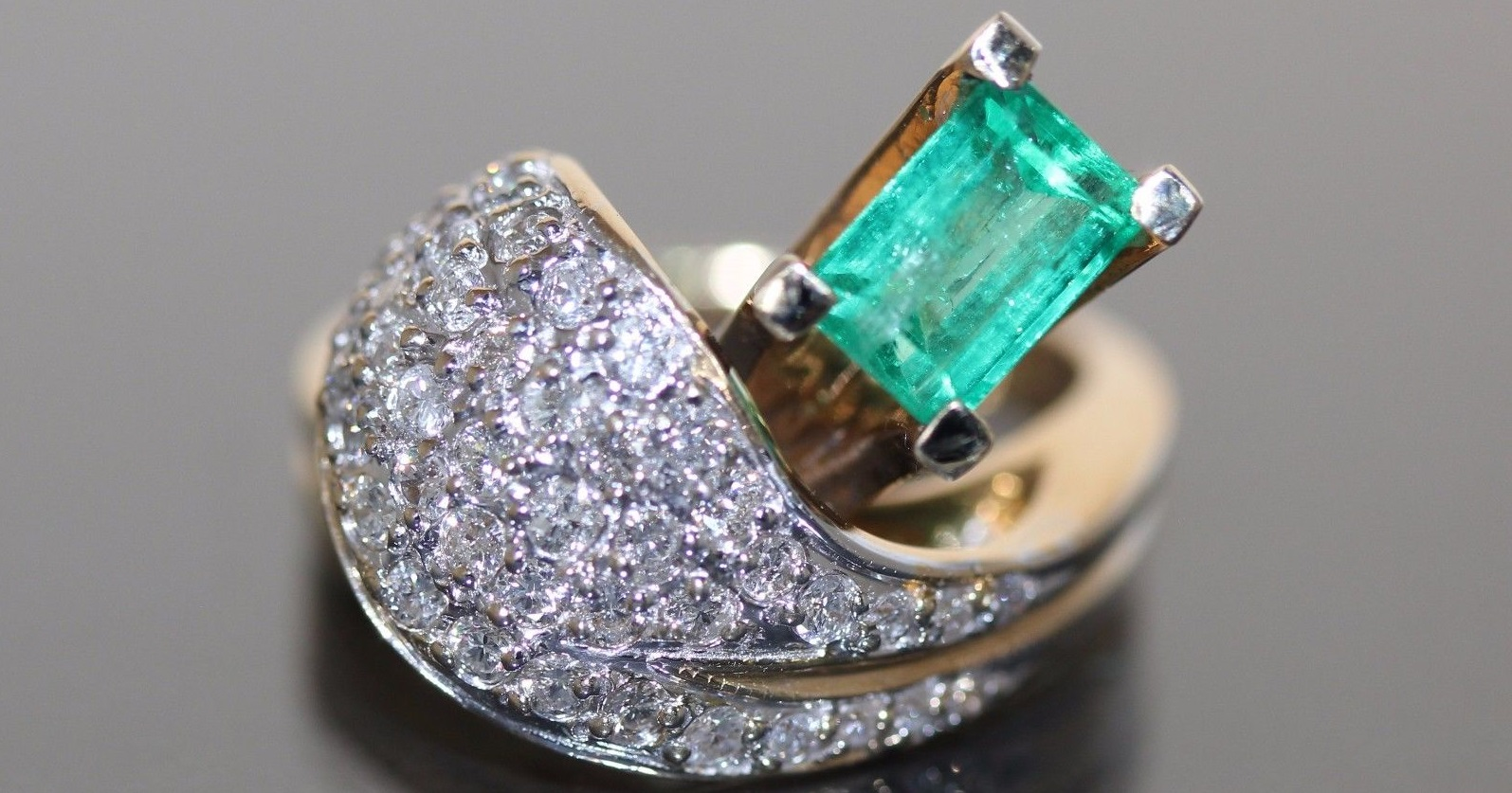 Estate 14k Yellow gold Natural Colombian Emerald & Diamond cluster Modern ring