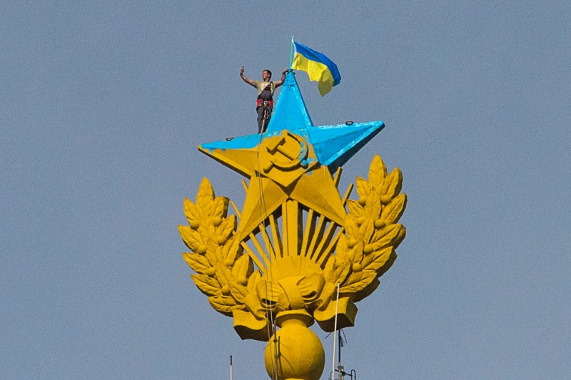 A man takes a picture as he stands on a Soviet-style star re-touched with blue paint so that it resembles the Ukrainian flag, Moscow, August 20, 2014. (Maxim Shemetov / Courtesy Reuters)