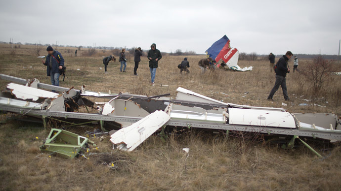 Journalists look at parts of the Malaysia Airlines plane Flight MH17 as Dutch investigators (unseen) arrive at the crash site near the Grabove village in eastern Ukraine. (AFP Photo/Menahem Kahana)