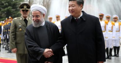 Chinese President Xi Jinping (right) with Iranian President Hassan Rouhani