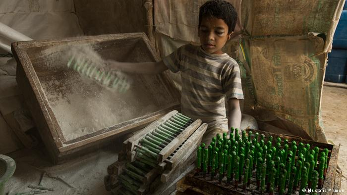 Children in a balloon factory Extreme poverty causes families to send their children to work, often in hazardous and low-wage jobs, such as brick-chipping, construction, waste-picking or even in a balloon factory. This balloon factory in Dhaka's Kamrangi Char suburb employs many young people such as this 10 year-old child.
