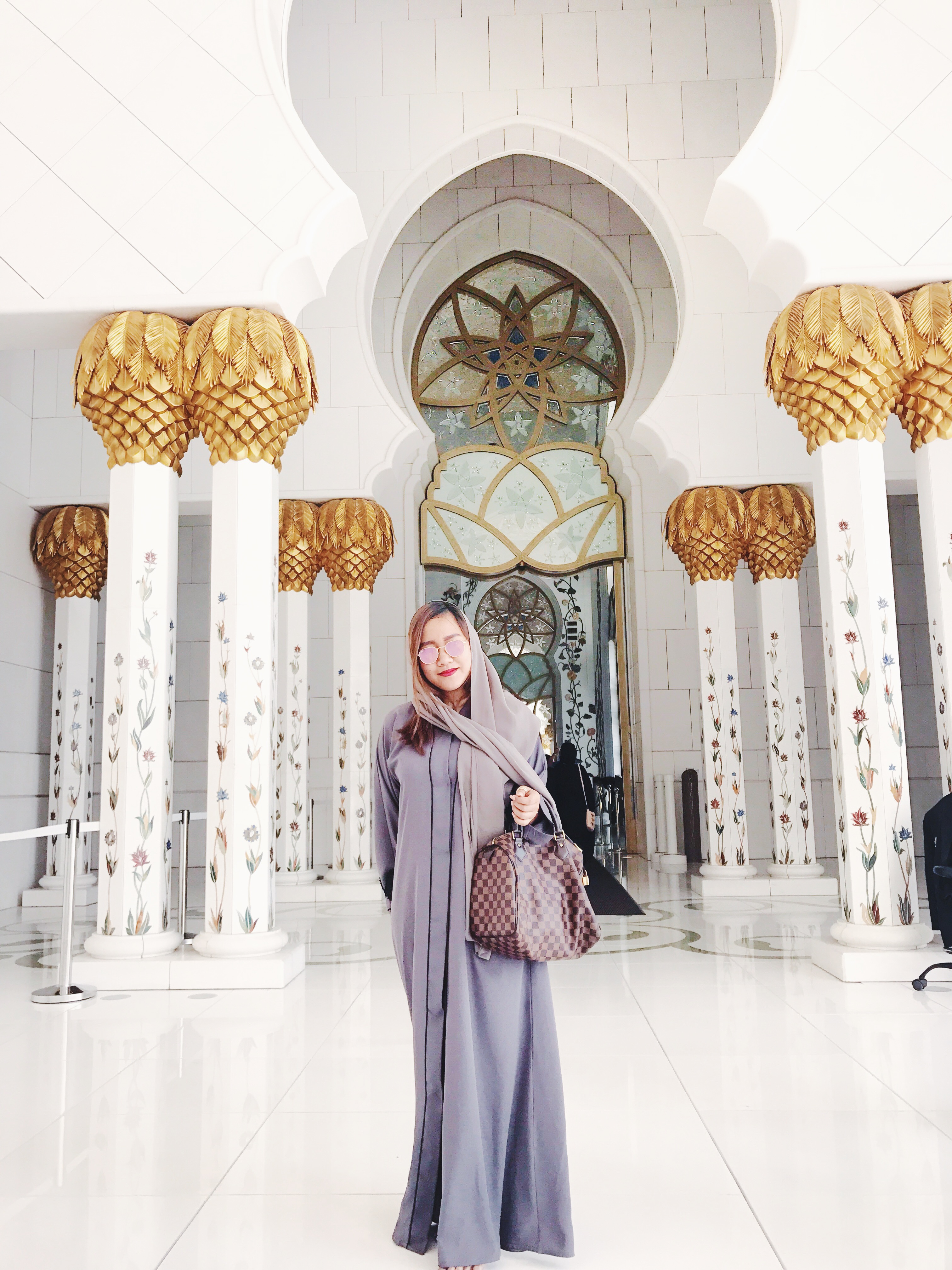 girl in gray abaya sheikh zayed mosque