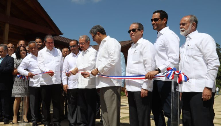 El presidente Medina deja inaugurado el hotel Carmen c