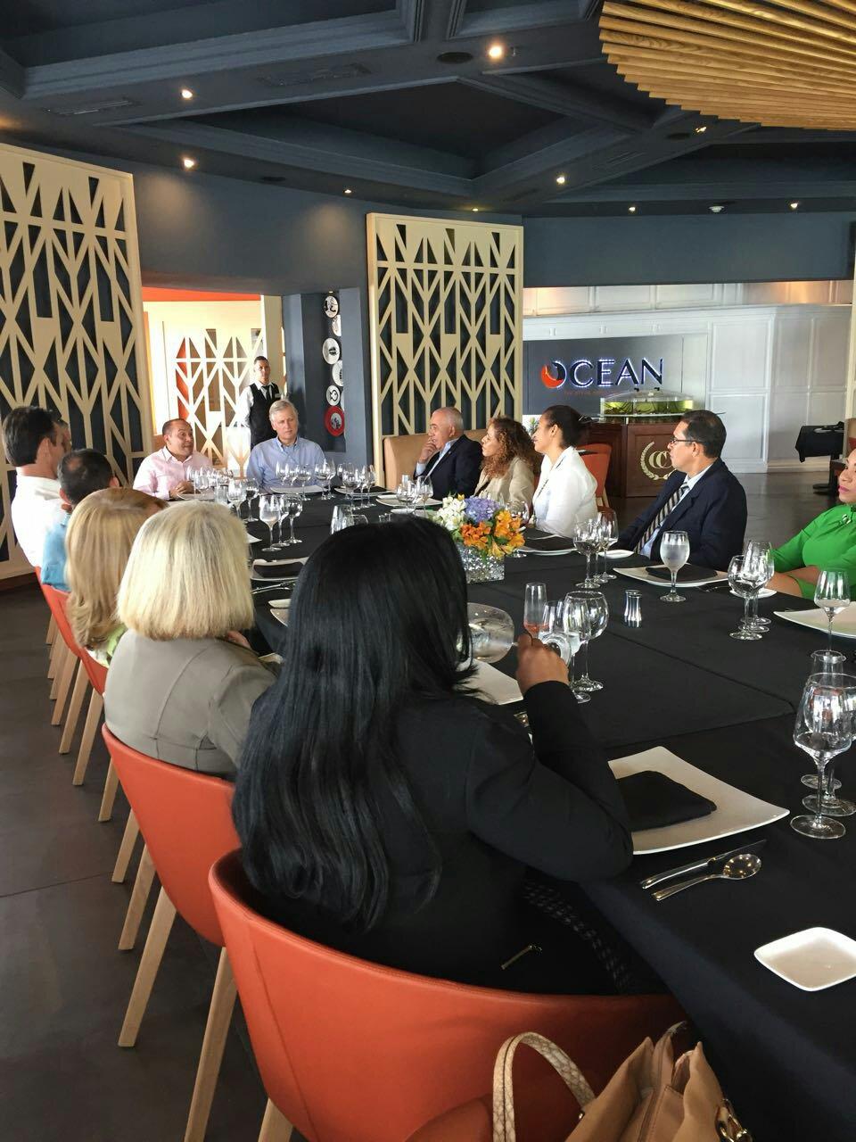 representantes sector privado se reune con embajador
