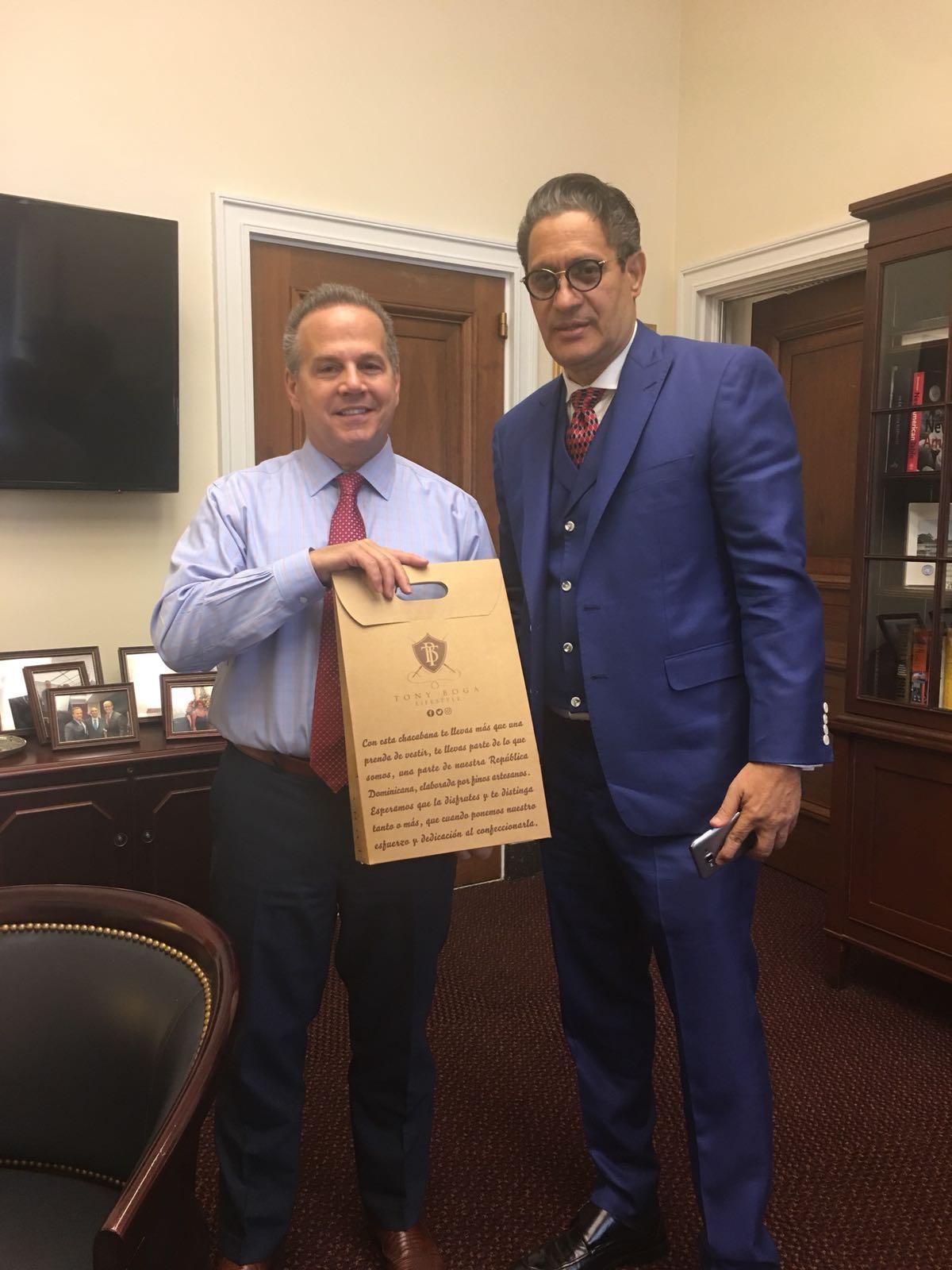 Tony Boga con el congresista David Cicilline