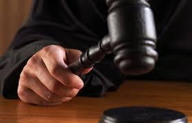 Condenan notario y tres personas más por falsificación de documentos