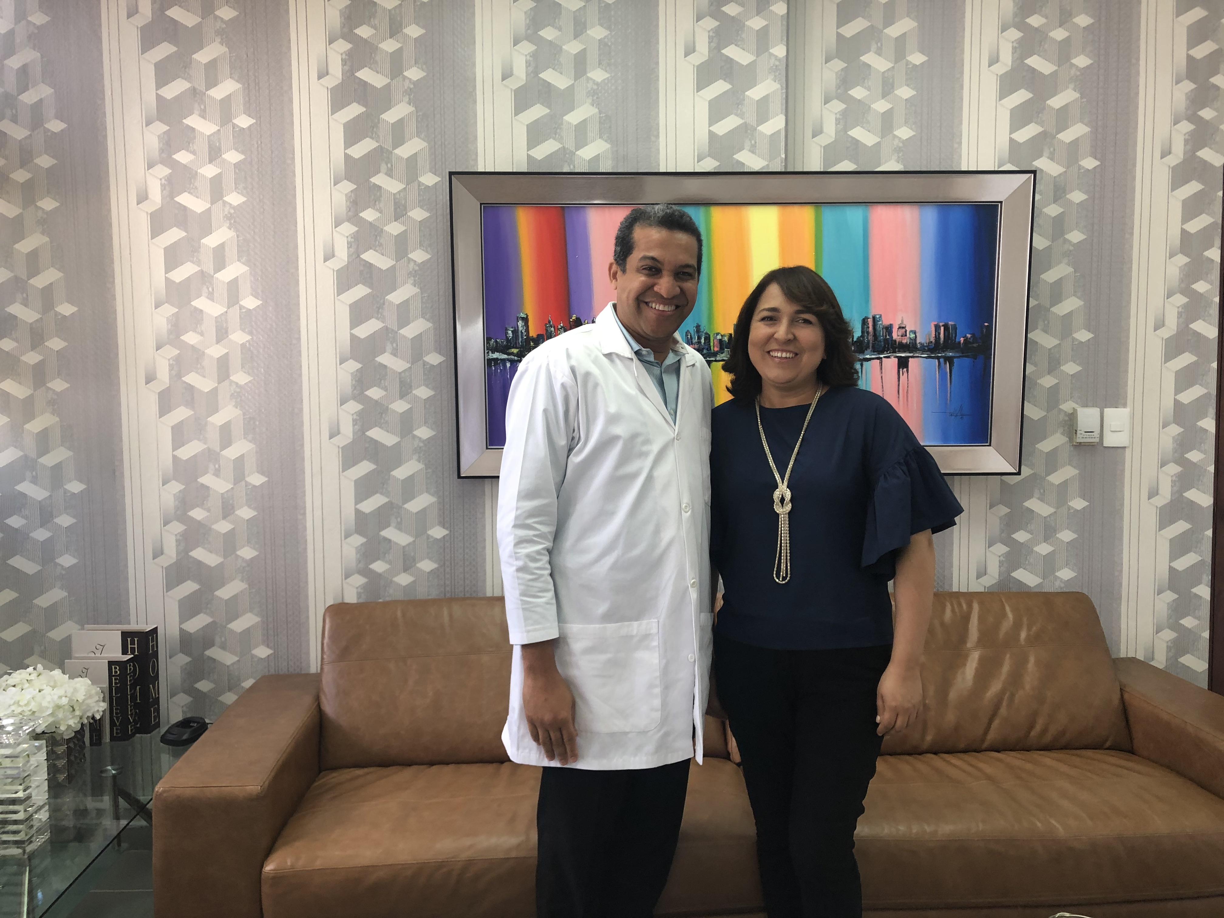 El cirujano Orlando Vargas junto a la periodista Emelyn Baldera presidente de Acroarte