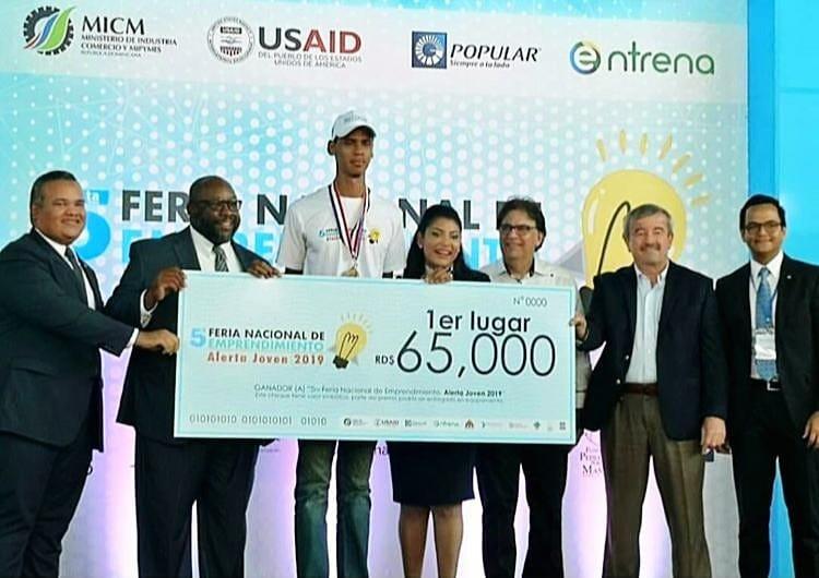 El joven Frankely Paulino Román mientras recibe su premio