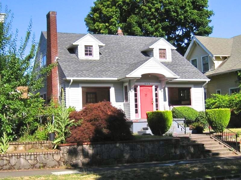 5035 NE Mallory represents an example of the Colonial Revival style. Built in 1924. (Source: Restore Oregon)