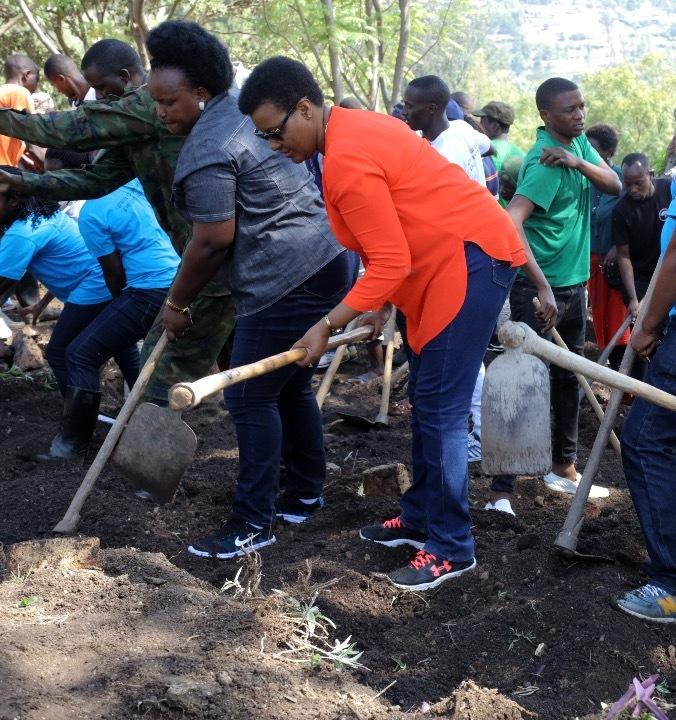 Hon Mukabalisa attended Umuganda with the AERG-GAERG week crew members