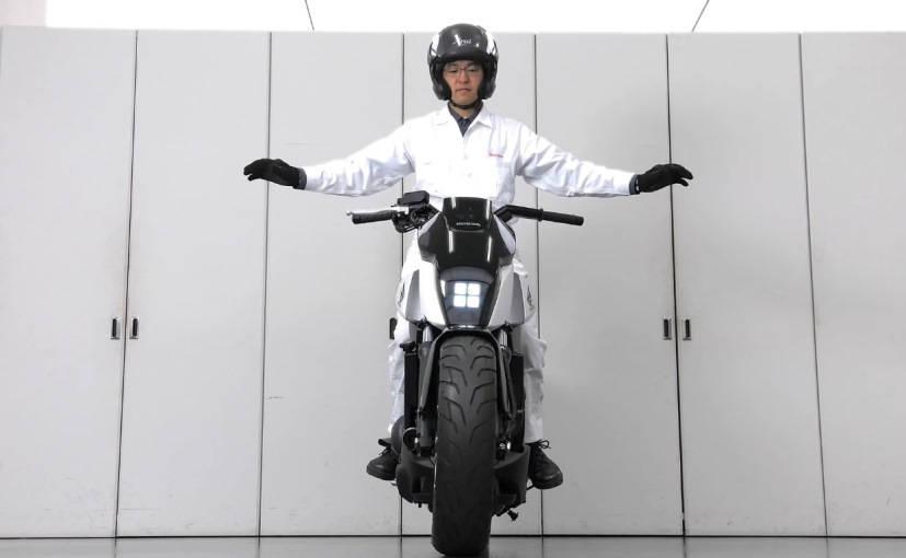 Honda presentó en el CES 2017 moto que se balancea y sostiene sola