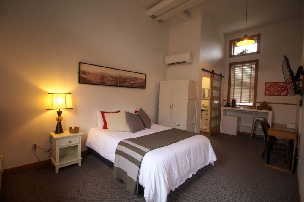Room 3 with a Queen Bed
