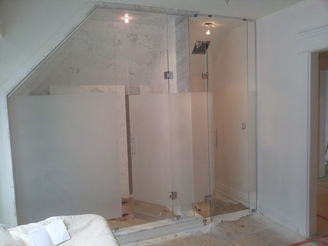 Shower enclosure in knee wall
