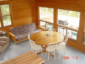 Family dining area in Brownstone Outpost Cabin