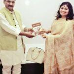 माननीय बेसिक शिक्षा मंत्री डॉ सतीश द्विवेदी के साथ कवयित्री ऋचा राय