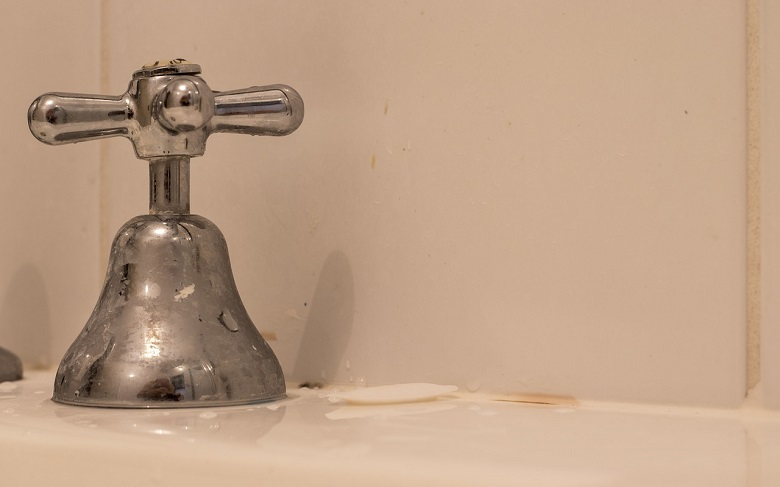 How to Clean Bathroom Taps