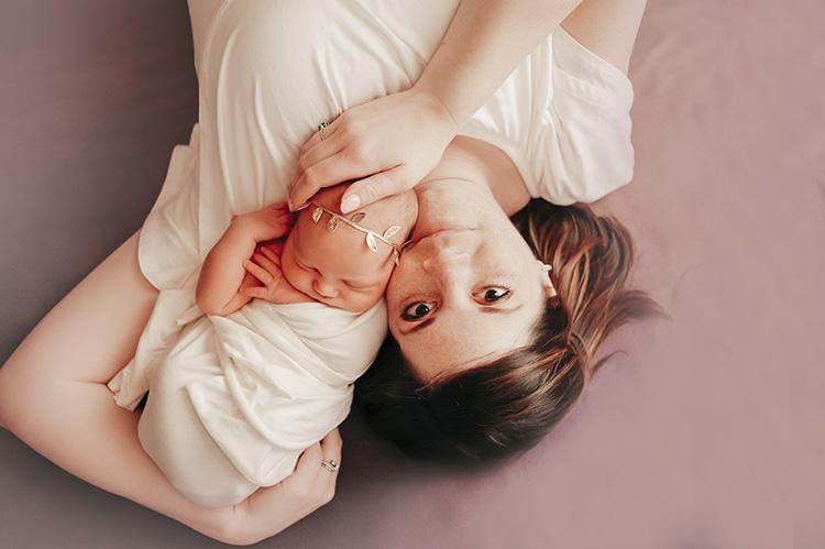 newborn photographer: mom and baby