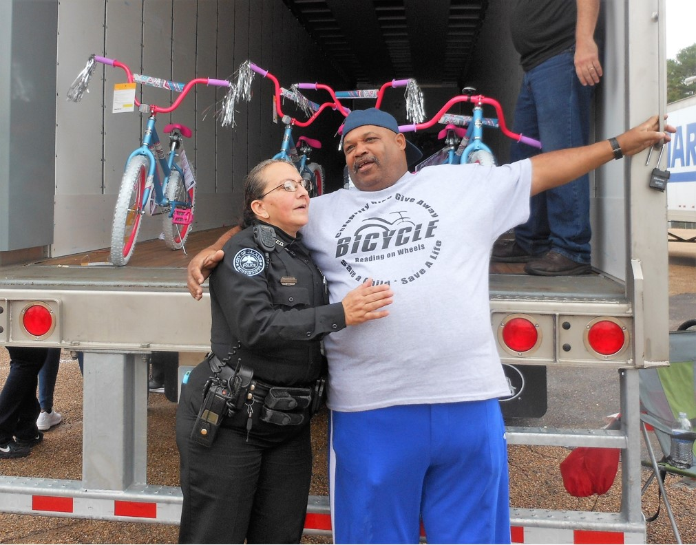 Jackson police officerJuliana Chisholm and retired NFL player Victor Brazile at bike give-away Photo by Stephanie R. Jones
