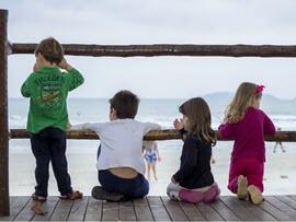 children looking off a peer.