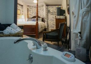 English Luxury Queen Spa Room