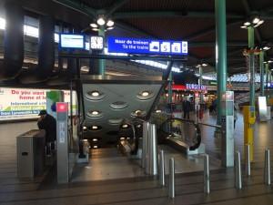 Escalera a la estacion de tren Schiphol, en el aeropuerto