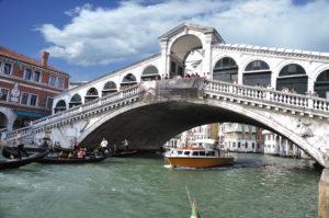 Trenes en Venecia Ponte di Rialto sobre el Gran Canal