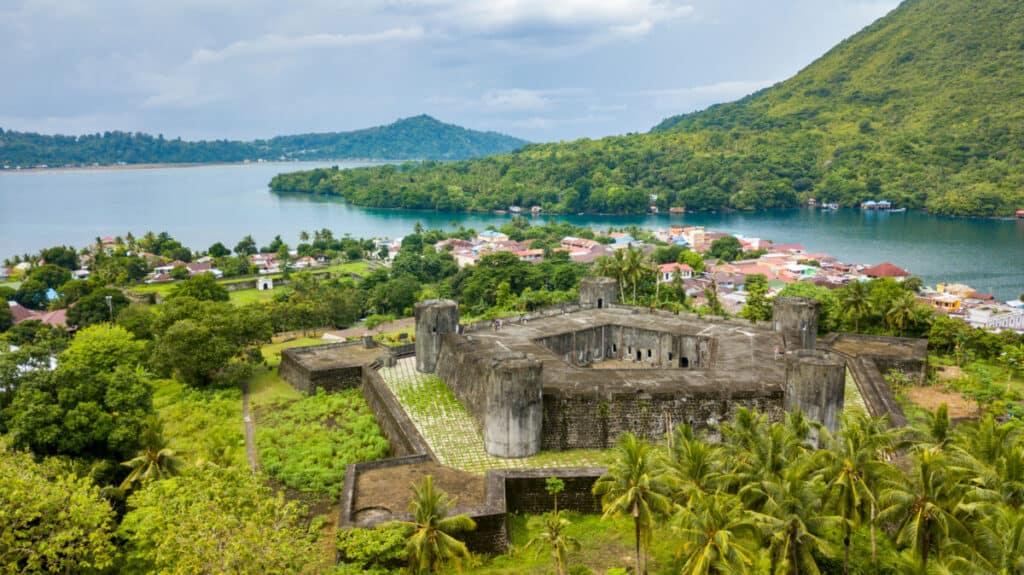 Fort Belgica excursion aboard Indonesia Dive Liveaboard in the Banda Sea