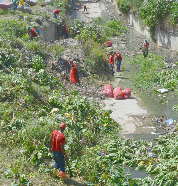 Sacaron toneladas de cachivaches de la quebrada Guanape II