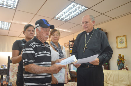 Obispo Biord recibe proyecto de Iglesia de Carmen de Uria