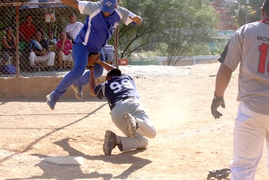 Gran Zeus dejó en el terreno a Sensación en softbol de La Lucha