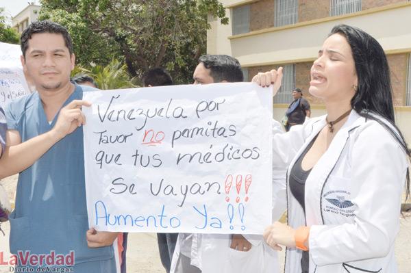 Médicos se declaran en asambleas para exigir aumento de sueldo y discusión de contrato colectivo