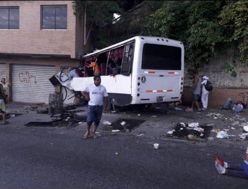 Tres muertos y 10 heridos al chocar un bus en Baruta