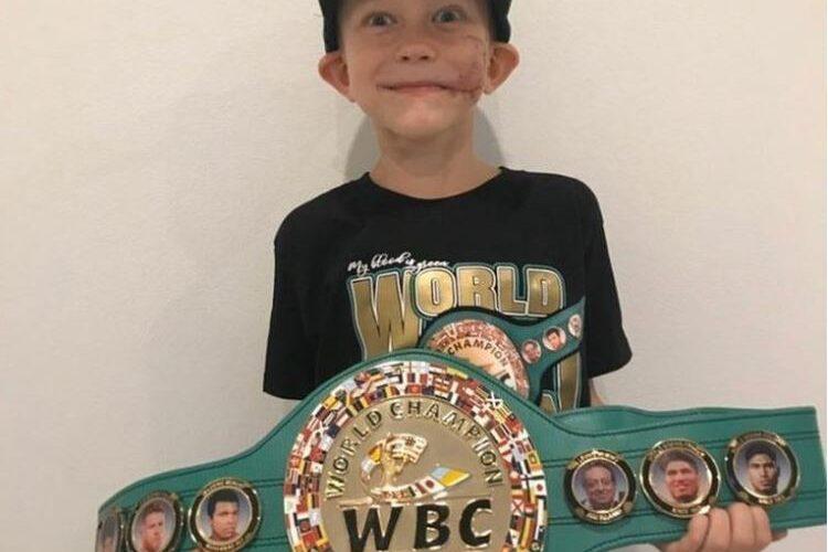 Consejo Mundial de Boxeo otorga cinturón de campeón al niño que salvó a su hermana del ataque de un perro