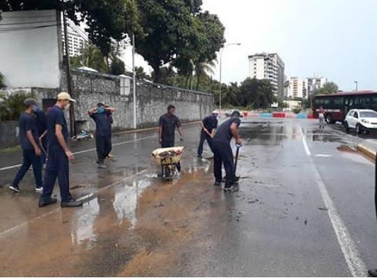 Más de 400 voluntarios limpian las calles de La Guaira