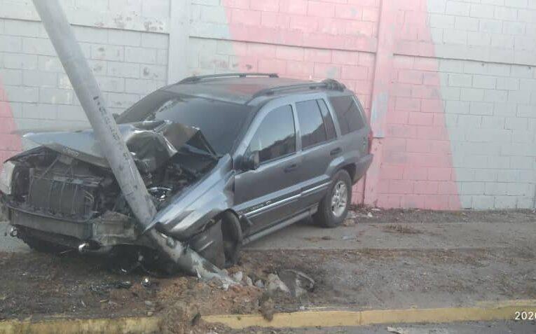 Camioneta se metió contra un poste en la Intercomunal de Macuto