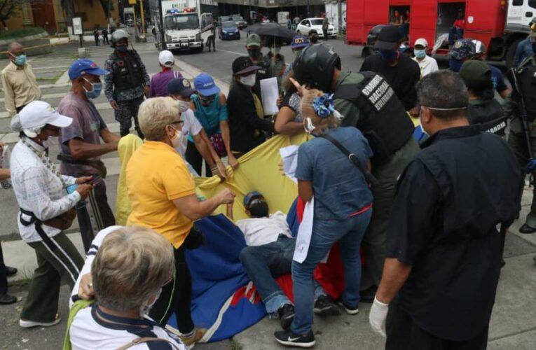 Agreden a pensionados en protesta frente al IVSS