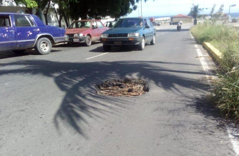 Megahueco en la entrada de Valle del Pino se come los cauchos