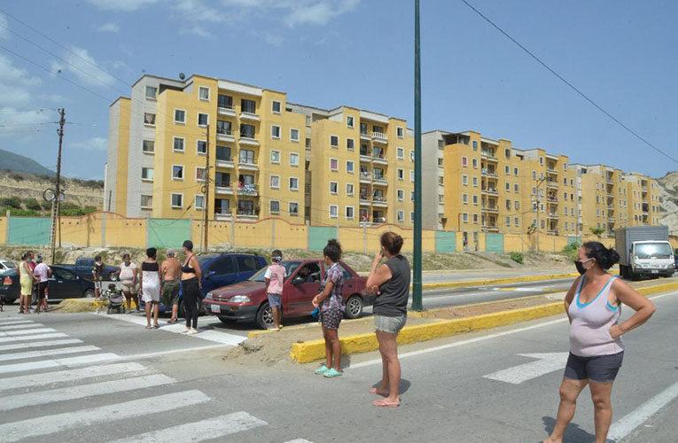 Trancan la avenida Bicentenaria por retraso de las bolsas del CLAP