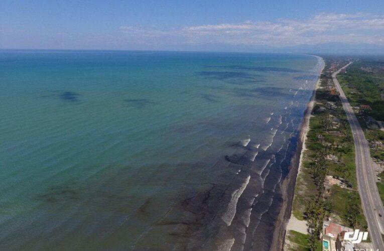 Inicia limpieza del derrame de petróleo en la costa de Falcón
