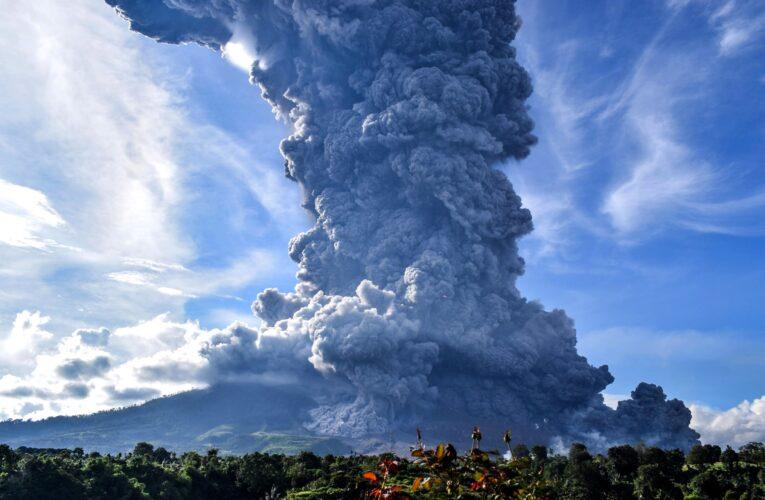 Erupción del volcán Sinabung obligó a evacuar a 30 mil personas en Indonesia