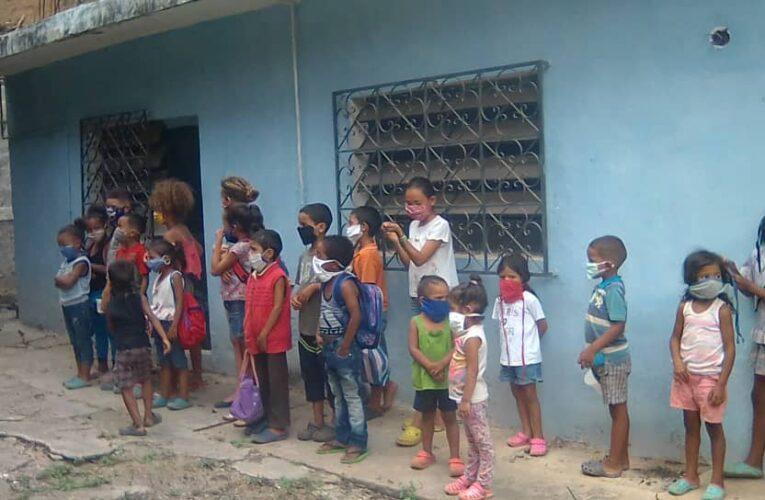 Escuela de Fútbol Cristo Reina lleva alimentos a niños de los Olivos